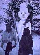 CPA  3 ENFANTS ET SPLENDIDE BONHOMME DE NEIGE  / BALAI , CHILDREN & SNOWMAN WITH BROOM , CHRISTMAS Photo OLD PC - Escenas & Paisajes