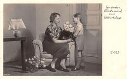 Herzlichen Glückwunsch Zum Gerburtstag -  Jeune Garçon, Maman Assise, Bouquet De Roses - Escenas & Paisajes