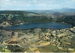 07 - Le Lac D'Issarlès - Vue Générale Aérienne Du Lac Et Du Village - Sonstige Gemeinden