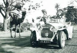ROLLS-ROYCE : A Phantom II Shares Space With A Camel Near New Delhi , Feb 1930 - Toerisme