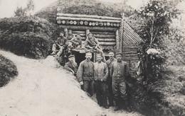 PHOTO ALLEMANDE - GUERRE 14-18 - SOLDATS DEVANT UN BLOCKHAUS EN BOIS - À SITUER - Guerre 1914-18