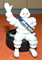Jolie Figurine Michelin Bibendum Assis Sur Un Pneu 10cm - Otros