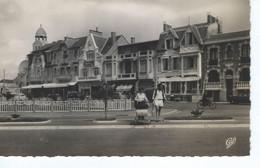 CPSM - 85 - LES SABLES D'OLONNE - Hotel St Pierre Et Des Albatros - Petite Animation Landau , Boutiques  - 1957 - TBE - - Sables D'Olonne
