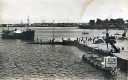 """56 - Port Louis - Arrivée De """"l'ile De Groix"""" Au Port De La Pointe - Bateau Kerogas De Lorient Amarré - Other Municipalities"""