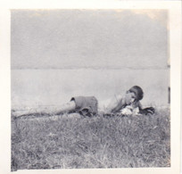Old Real Original Photo - Naked Boy Lying On The Ground With A Cat -   Ca. 6.2x6.5 Cm - Persone Anonimi