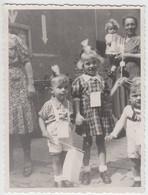 (F10199) Orig. Foto Geschmückte Kleine Kinder Mit Fähnchen, Vor 1945 - Anonyme Personen