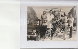 Photo ADNP Années 70: Chanteuses Les Parisiennes à Vélo Devant L'Arc De Triomphe à Paris 75 -Automobile Fiat 500 - Fotos