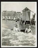 Photo Originale - 10 X 8 Cm - 1928 - Ostende - Dames Dans La Mer - Cabines .. Voir Scan - Places