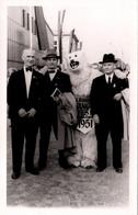 Carte Photo Originale Eisbär Et Déguisement D'Ours Polaire & Ses 3 Compères à Frankfurt En 1951 - Anonymous Persons