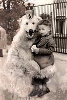 Carte Photo Originale Eisbär Et Déguisement D'Ours Blanc Polaire & Enfant Sur Berlin Vers 1950 - Anonymous Persons