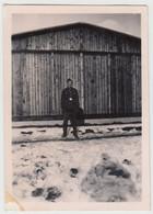 (F15830) Orig. Foto RAD-Lager 6/371 Lindenau / Sudeten, Mann Vor Scheune 1943 - Guerra, Militari