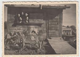 (F1601) Orig. Foto Wehrmacht-Soldaten Schauen Aus Einer Hütte, 1940er - Guerra, Militari
