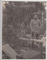 (F16121) Orig. Foto Deutsche Soldaten Sägen Holz Im Wald 1914-18 - Guerra, Militari