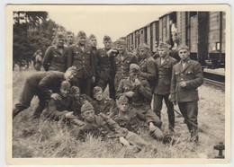 (F1621) Orig. Foto Luftwaffe-Soldaten Posieren Vor Einem Güterzug, 1940er - Guerra, Militari