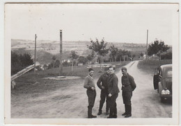 (F1622) Orig. Foto Luftwaffe-Soldaten Mit PKW Machen Halt, 1940er - Guerra, Militari