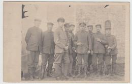 (F16229) Orig. Foto Deutsche Soldaten 1.WK Auf Einem Friedhof 1914-18 - Guerra, Militari