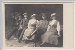 (F16236) Orig. Foto Personen U. Deutscher Soldat Sitzen Auf Parkbank 1914-18 - Guerra, Militari