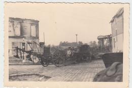 (F1634) Orig. Foto 2.WK Zerstörte Gebäude U. Landwirtsch. Geräte, 1940er - Guerra, Militari