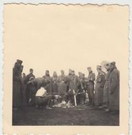 (F1646) Orig. Foto Luftwaffe-Soldaten Bereiten Einen Braten Am Spieß, 1940er - Guerra, Militari