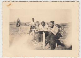 (F1648) Orig. Foto 2.WK Soldaten Im Felde, Provisorischer Tisch, 1940er - Guerra, Militari