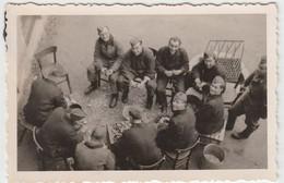 (F1656) Orig. Foto Wehrmacht-Soldaten Schälen Kartoffeln, 1940er - Guerra, Militari