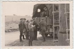 (F1658) Orig. Foto Wehrmacht-Soldaten Am LKW, Essenausgabe, 1940er - Guerra, Militari