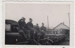 (F1659) Orig. Foto Luftwaffe-Soldaten Sitzen Auf LKWs, 1940er - Guerra, Militari