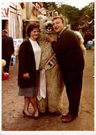 Photo Couleur Originale Eisbär, Déguisement D'Ours Blanc Polaire Et Son Couple Taquin En Fête Foraine Vers 1960 - Anonymous Persons