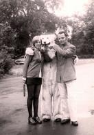 Photo Couleur Originale Eisbär, Déguisement D'Ours Blanc Polaire Et Son Couple Taquin En Mini Jupe Vers 1970 DDR - Anonymous Persons