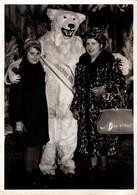 Photo Couleur Originale Eisbär, Déguisement D'Ours Blanc Polaire Au Noël 1966 Posant Avec La Femme Léopard & Sa Fille - Anonymous Persons