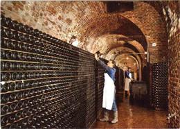 CPM 51 (Marne) Epernay - Champagne Perrier-Jouët - Vue Des Caves. Stockage Des Bouteilles Sur Lattes Pr Prise De Mousse - Reclame