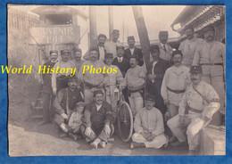 Photo Ancienne - Beau Portrait De Soldat GVC Poilu &Cheminot Chemin De Fer Est Aiguilleur Vélo Lampe Train Gare WW1 - Guerra, Militari