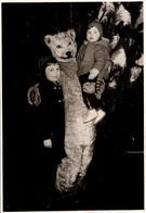 Photo Couleur Originale Eisbär, Déguisement D'Ours Blanc Polaire à Noël Et Enfants Vers 1950/60 - Anonymous Persons