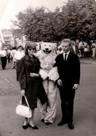 Photo Couleur Originale Eisbär, Déguisement D'Ours Blanc Polaire Posant Avec Un Jeune Couple Amoureux En 1967 - Anonymous Persons