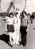 Photo Originale Eisbär, Déguisement D'Ours Blanc Polaire Posant Avec Un Jeune Couple & Mini Jupe Vs 1970 - Anonymous Persons