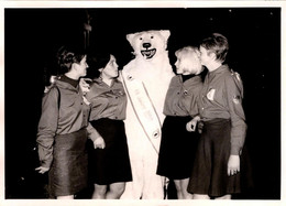Photo Originale Eisbär, Déguisement D'Ours Blanc Polaire Posant Jeunes Femmes Des FDJ Pour Les 20 Ans De La DDR 1969 - Anonymous Persons