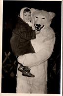 Carte Photo Originale Eisbär, Déguisement D'Ours Blanc Polaire Posant Avec Une Fillette & Gros Câlin En 1956 à Berlin - Anonymous Persons