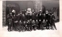 Carte Photo Originale Eisbär, Déguisement D'Ours Blanc Polaire Avec Un Groupe Scolaire Au Ski & Bonnes Soeurs 1930/40 - Anonymous Persons