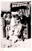 Photo Originale Eisbär, Déguisement D'Ours Blanc Polaire En Famille Et Cabine De Plage Vers 1950/60 - Anonymous Persons