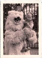Photo Originale Eisbär, Déguisement D'Ours Blanc Polaire Avec Fillette Triste Dans Ses Bras Vers 1950 - Anonymous Persons