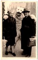 Photo Originale Eisbär, Déguisement D'Ours Blanc Polaire Posant Avec Son Jeune Couple En 1952 - Anonymous Persons