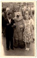Photo Originale Eisbär, Déguisement D'Ours Blanc Polaire Posant Avec Son Jeune Couple Vers 1950 - Anonymous Persons