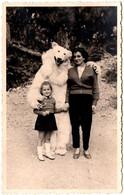 Photo Originale Eisbär, Déguisement D'Ours Blanc Polaire Posant Avec Une Fillette & Sa Maman Vers 1960 - Anonymous Persons