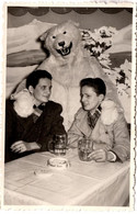 Photo Originale Eisbär, Déguisement D'Ours Blanc Polaire Posant Avec Un Duo De Jeunes Garçons Au Bistrot Vers 1950 - Anonymous Persons