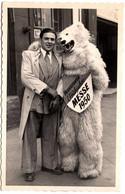 """Photo Originale Eisbär, Déguisement D'Ours Blanc Polaire Posant Avec Un Jeune Garçon """"Frankfurter Frühjahrs Messe 1950 - Anonymous Persons"""