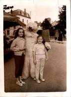 Photo Originale Eisbär, Déguisement D'Ours Blanc Polaire Posant Avec Deux Fillettes Vers 1950/60 - Anonymous Persons