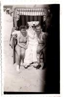 Photo Originale Eisbär, Déguisement D'Ours Blanc Polaire Posant Avec Un Couple En Cabine De Plage Vers 1950 - Anonymous Persons