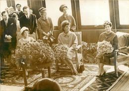 JACKIE KENNEDY  EN 1961 AU COTE DE MADAME DE GAULLE  AU SALON D'HONNEUR A ORLY  PHOTO DE PRESSE ORIGINALE 18 X 13 CM - Famous People