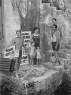 JACKIE KENNEDY AVEC SA FILLE CAROLINE ET SA NIECE A RAVELLO EN 1962 PHOTO DE PRESSE ORIGINALE 20 X 15 CM - Beroemde Personen