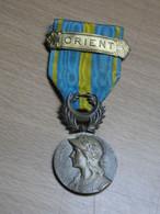 DECORATION MEDAILLE RUBAN .ORIENT AVEC BARRETTE ORIENT. - France
